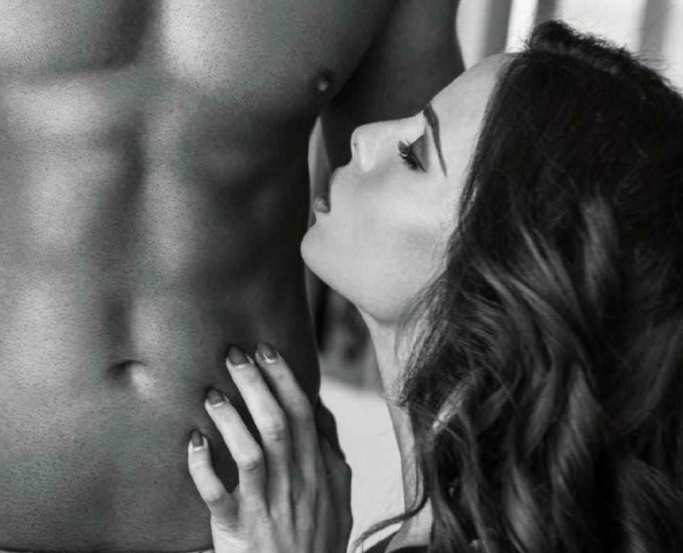 Видео секс мужчина тискает груди женщины